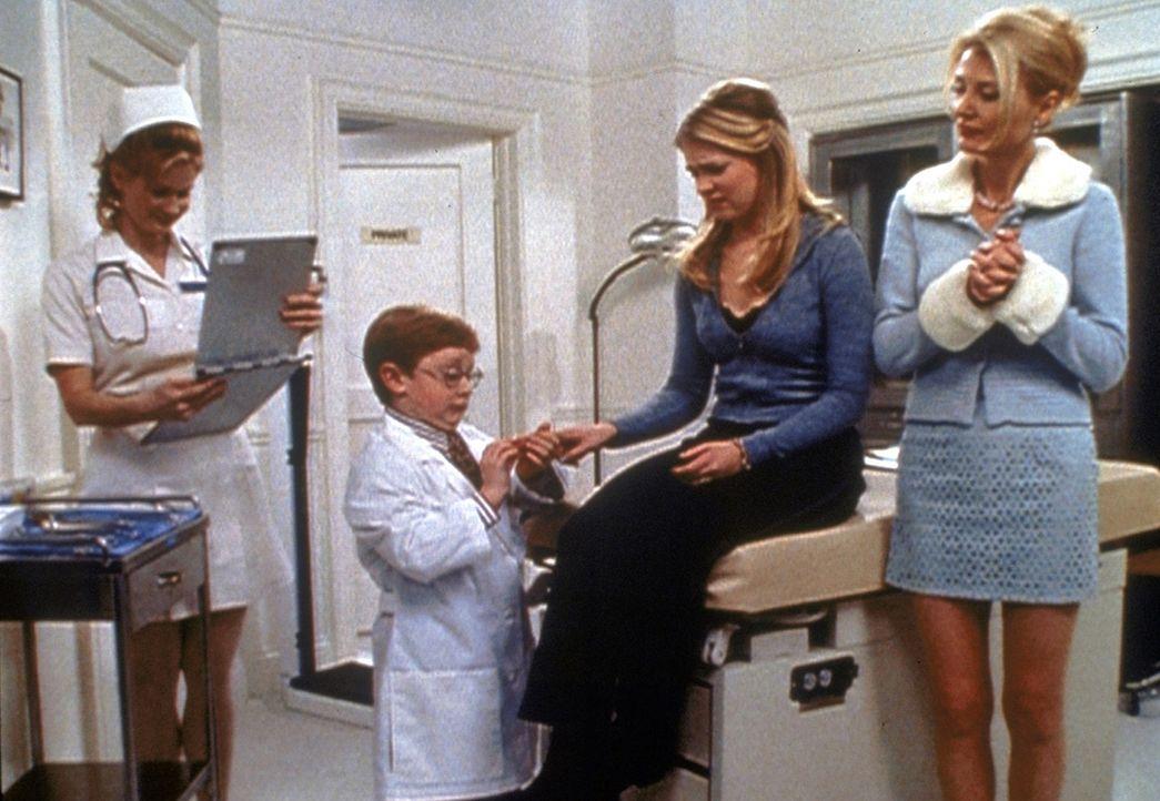 Tante Zelda (Beth Broderick, r.) geht mit Sabrina (Melissa Joan Hart, 2.v.r.) zu Dr. Brickman (Carl Michael Lindner, 2.v.l.), einem achtjährigen Ge... - Bildquelle: Paramount Pictures