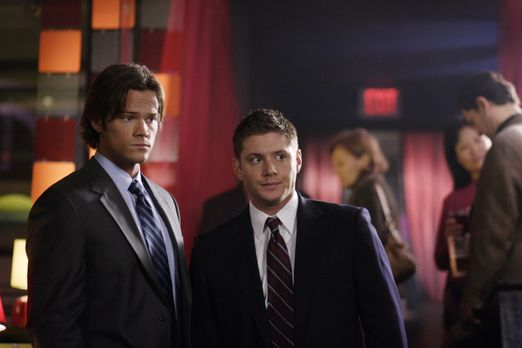 Supernatural - Mysteriöse Todesfälle führen Sam (Jared Padalecki, l.) und Dea...