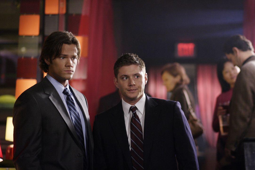 Mysteriöse Todesfälle führen Sam (Jared Padalecki, l.) und Dean (Jensen Ackles, r.) in eine Stadt, in der viele alte Zauberer wohnen ... - Bildquelle: Warner Bros. Television