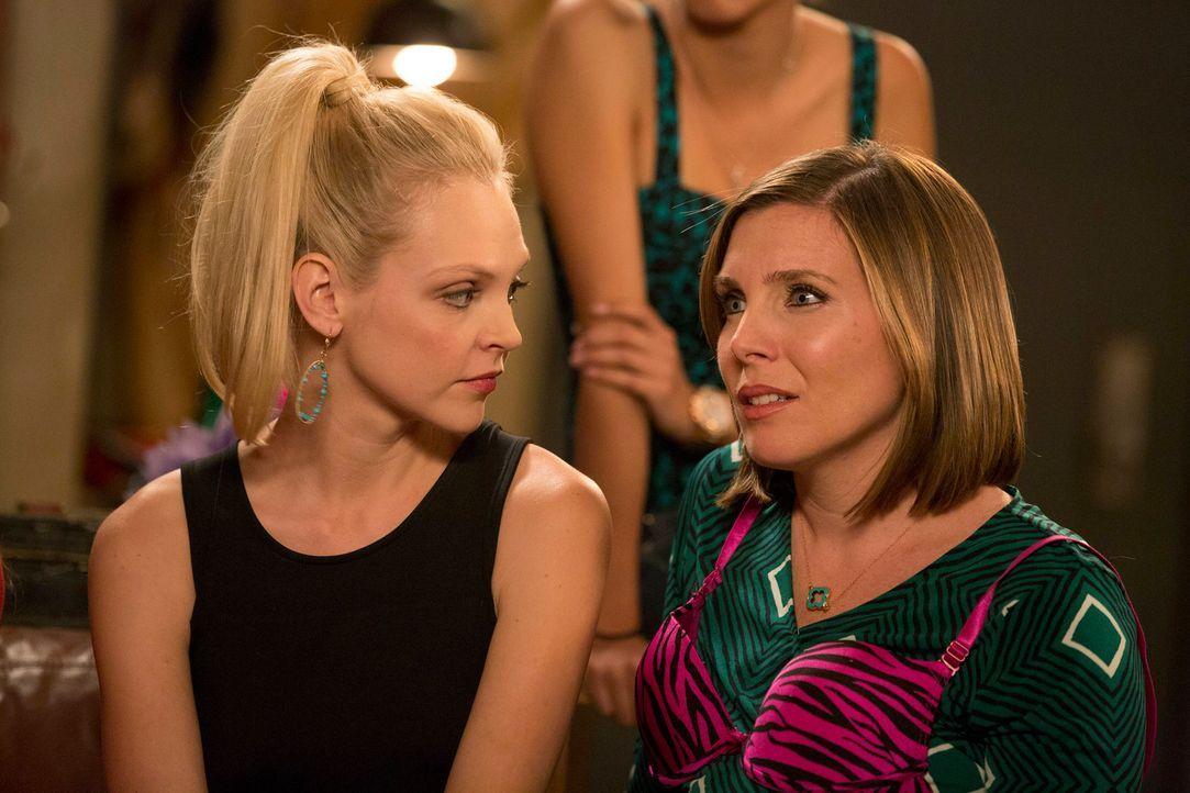 Dr. Sadie (June Diane Raphael, r.) ist hochschwanger und lesbisch. Auf dem Jungesellinnenabschied versucht sie alles, um Spaß zu haben ... - Bildquelle: 2013 Twentieth Century Fox Film Corporation. All rights reserved