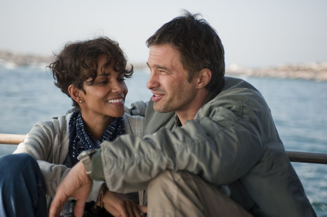 Noch genießen Kate (Halle Berry, l.) und Jeff (Olivier Martinez, r.) ihre gemeinsame Zeit ... - Bildquelle: Magnet Media Group USA; MMP Dark Tide UK; Film Afrika Worldwide (Pty) Limited South Africa