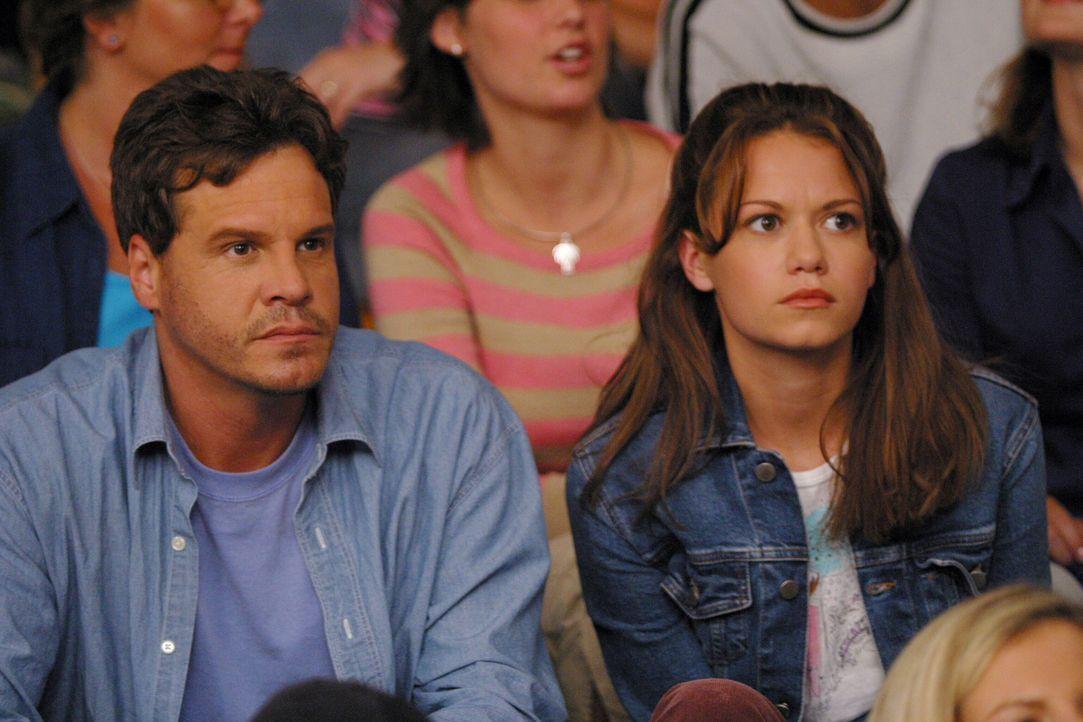 Sehen gespannt, das Spiel von Lucas und Nathan: Keith (Craig Sheffer, l.) und Haley (Bethany Joy Lenz, r.) ... - Bildquelle: Warner Bros. Pictures
