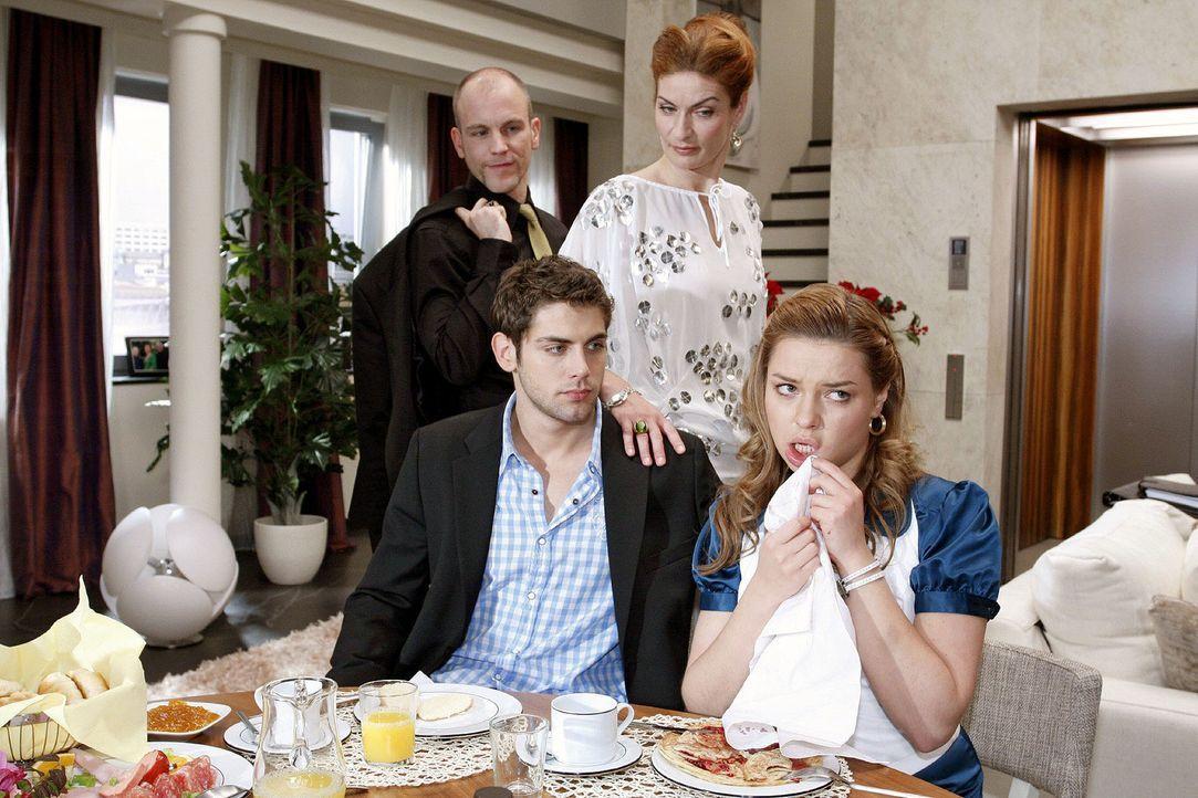 Auch beim Frühstück bei den Brodas gelingt es Katja nicht, bei Natascha zu punkten. v.l.n.r.: Gerrit (Lars Löllmann), Jonas (Roy Peter Link), Natasc... - Bildquelle: Noreen Flynn Sat.1