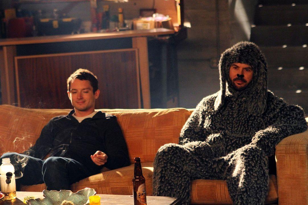 Wilfred (Jason Gann, r.) hat es eindeutig übertrieben mit seinem Tanzeifer. Ryan (Elijah Wood, l.) hat keine Lust mehr mit ihm zu trainieren - wird... - Bildquelle: 2011 FX Networks, LLC. All rights reserved.