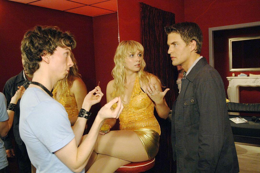 """Als Lars (Alexander Klaws, r.) meint Lily (Jil Funke, M.) auf frischer Tat mit einem """"Kunden"""" (Komparse, l.) ertappt zu haben, erlebt er eine Überr... - Bildquelle: Sat.1"""