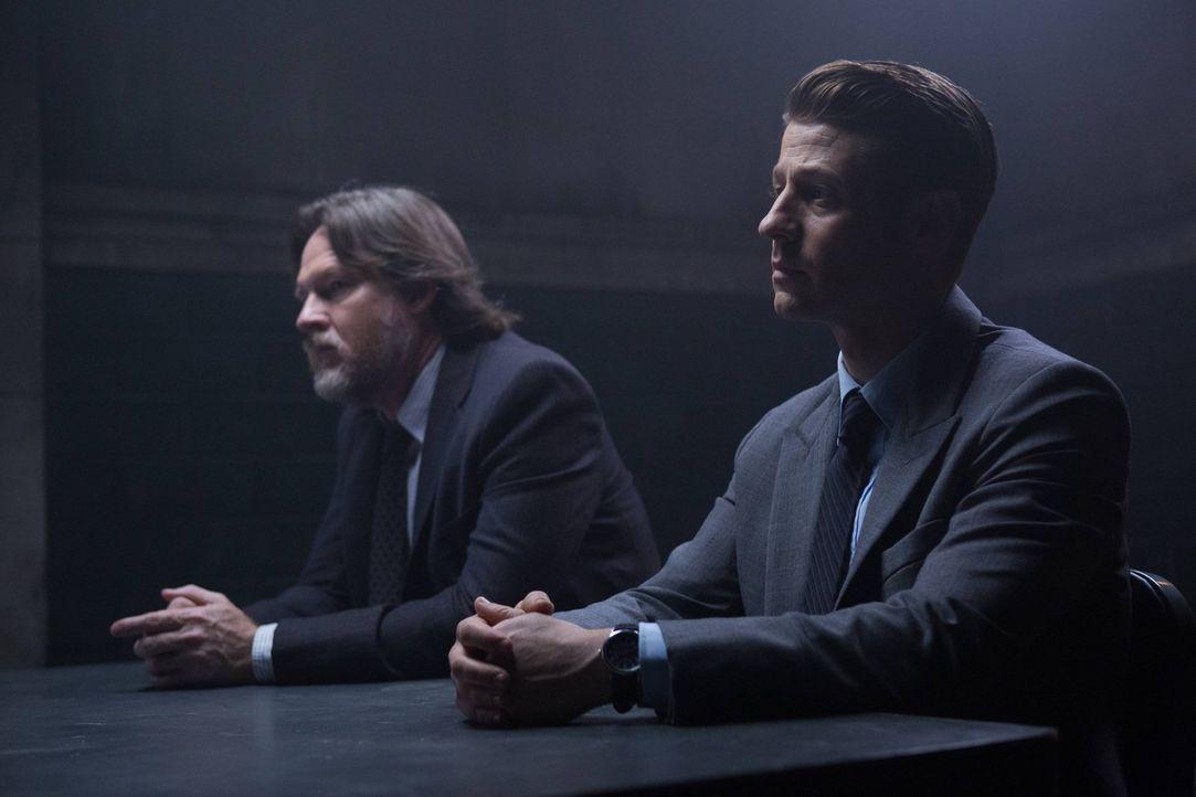 In Gotham kehrt keine Ruhe ein. Nachdem Galavan eliminiert wurde, müssen Gordon (Ben McKenzie, r.) und Bullock (Donal Logue, l.) einen weiteren Schu... - Bildquelle: Warner Brothers