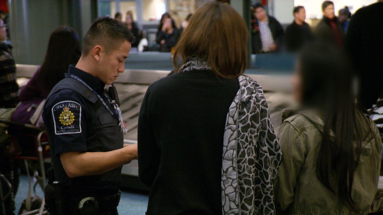 Ein Zollbeamter durchläuft aufmerksam die Gepäckhalle - immer auf der Suche nach verdächtigen Gepäckstücken. - Bildquelle: Force Four Entertainment / BST Media 2 Inc.