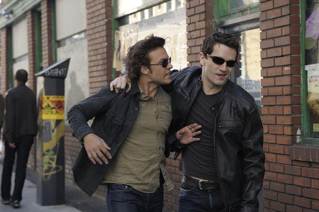 Aidan (Sam Witwer, r.) und Henry (Kyle Schmid, l.) sind noch immer auf der Suche nach sauberem Blut ... - Bildquelle: Phillipe Bosse 2013 B.H. 2 Productions (Muse) Inc. ALL RIGHTS RESERVED.