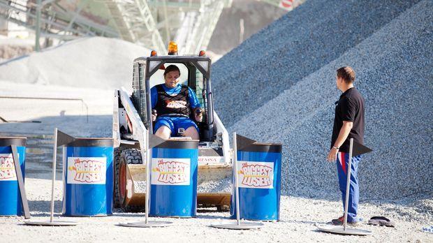 Für Marc wird ein Traum wahr: er darf Bagger fahren. Allerdings hat diese Cha...