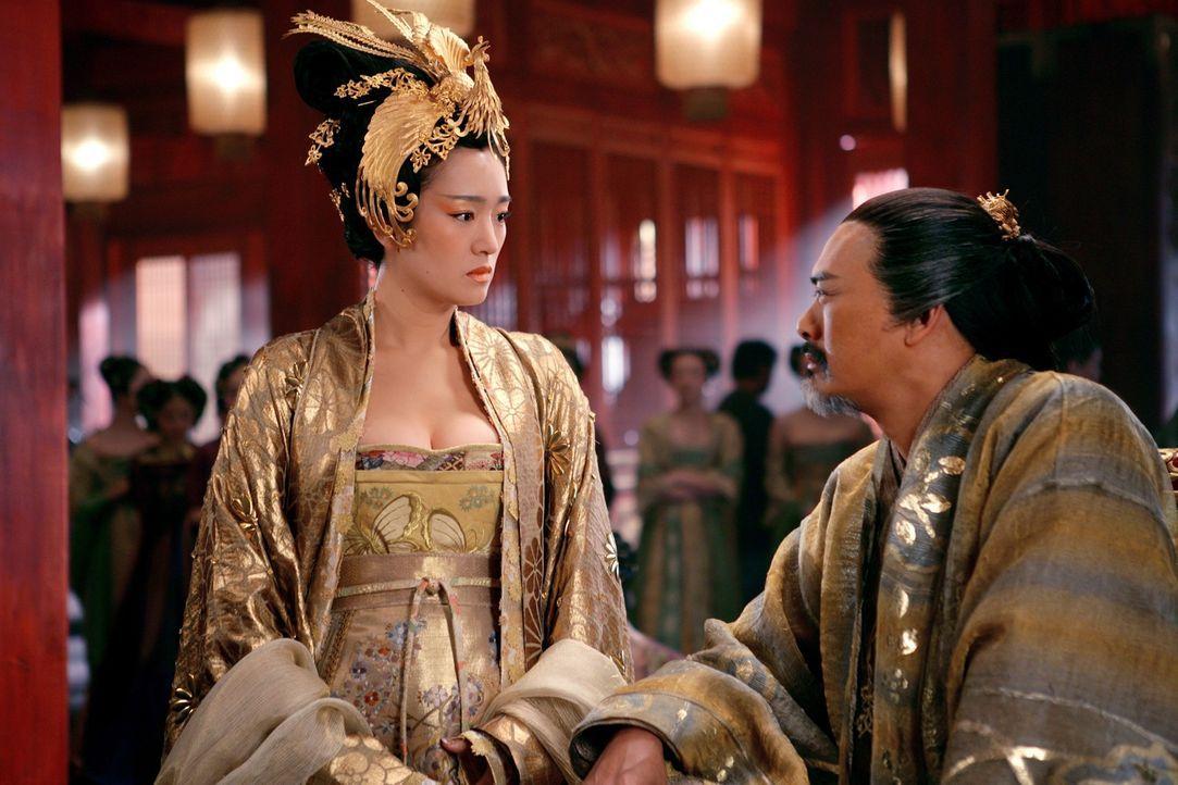 Kaiserin Phoenix (Gong Li, l.) ist nicht sehr begeistert von der plötzlichen Rückkehr ihres Mannes (Chow Yun Fat, r.) ... - Bildquelle: TOBIS Film
