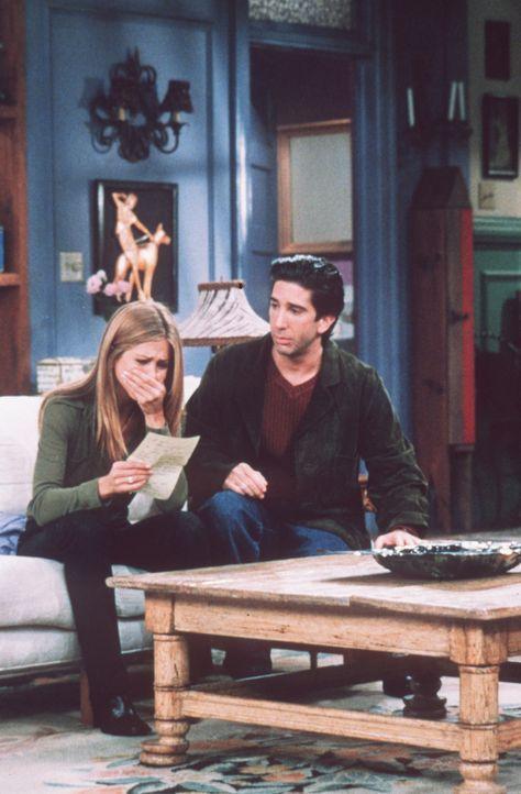 Rachel (Jennifer Aniston, l.) ist so benommen von dem Brief, dass Ross (David Schwimmer, r.) nicht die Möglichkeit findet, sie zu trösten. - Bildquelle: TM+  2000 WARNER BROS.