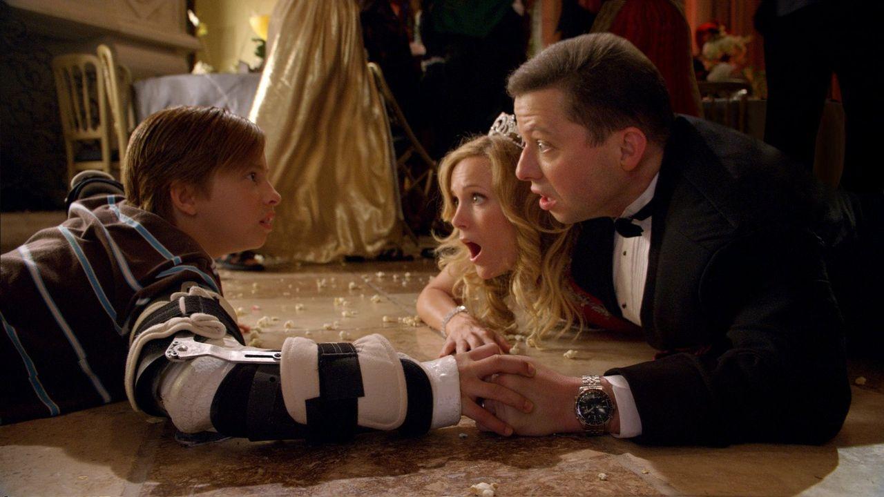 Durch einen magischen Regenbogenstein verändert sich das Leben von Toe Thompson (Jimmy Bennett, l.) und seinen Eltern (Jon Cryer, r. und Leslie Mann... - Bildquelle: Warner Brothers