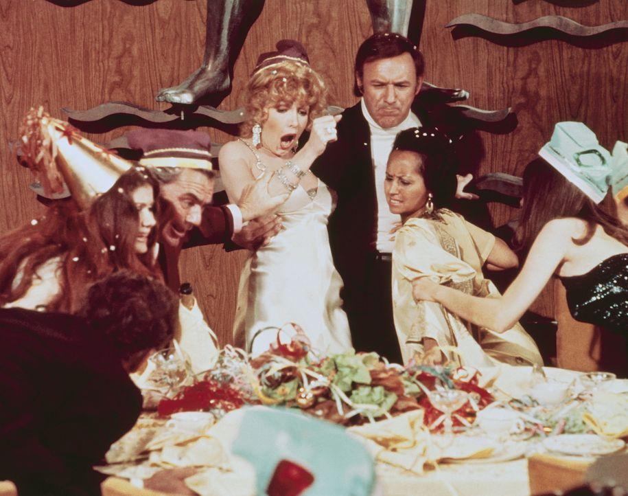 """Während der Silvesterfeier wird der Luxusdampfer """"Poseidon"""" von einer Flutwelle getroffen. Kieloben treibt der Ozeanriese auf dem Meer. Angeführt... - Bildquelle: Twentieth Century Fox"""