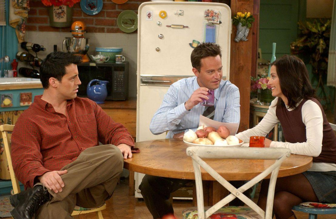 Da Monica (Courteney Cox, r.) und Chandler (Matthew Perry, M.) eine Empfehlung für die Adoptionsagentur brauchen, übernimmt dies Joey (Matt LeBlanc,... - Bildquelle: 2003 Warner Brothers International Television