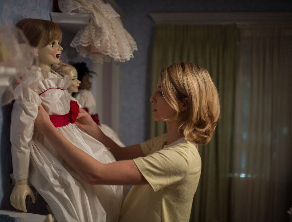 Von ihrem Mann bekommt Mia (Annabelle Wallis) eine Puppe geschenkt, die ihre Sammlung vervollständigen soll. Zuerst freut sie sich sehr über diese,... - Bildquelle: 2014 Warner Brothers