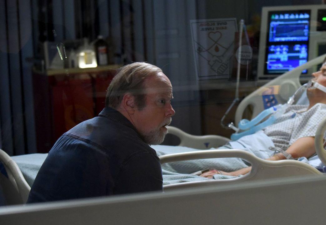 Als er der Polizei Informationen über eine Verbrecherbande liefert, kommt Nathan Riggs (Rex Linn) wieder auf freien Fuß - doch schaufelt er sich dam... - Bildquelle: Warner Brothers