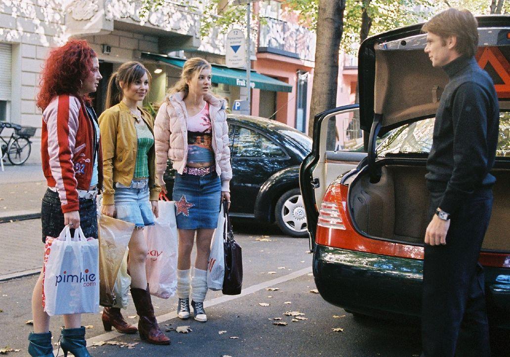 Alexander (Kai Scheve, r.) kutschiert mit seinem großen Auto die drei Freundinnen Nora (Anita Matija, l.), Lilly (Mina Tander, 2.v.l.) und Jessica... - Bildquelle: Sat.1