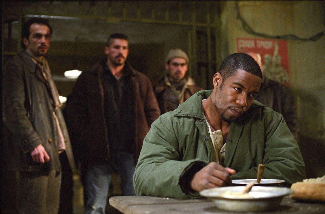 Der unschuldig im Gefängnis einsitzende Schwergewichtsboxer George Chambers (Michael Jai White, vorne) findet schnell heraus, wer und warum ihm das... - Bildquelle: Nu Image Films