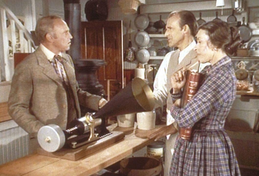 Mr. Oleson (Richard Bull, M.) und Mrs. Oleson (Katherine McGregor, r.) wissen nicht so recht, was sie mit Mr. Godfreys (George Furth, l.) Sprechmasc... - Bildquelle: Worldvision