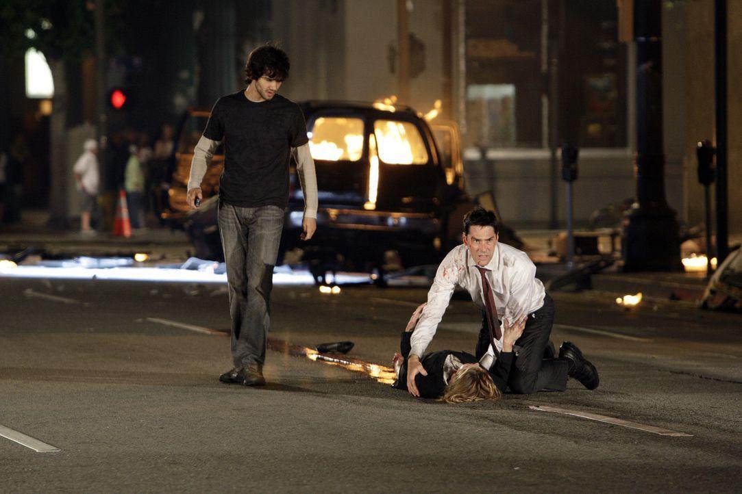 Kate Joyner (Sienna Guillory, M.), die durch eine Explosion schwer verletzt wurde, ringt mit ihrem Leben. Hotch (Thomas Gibson, r.) versucht alles,... - Bildquelle: Touchstone Television