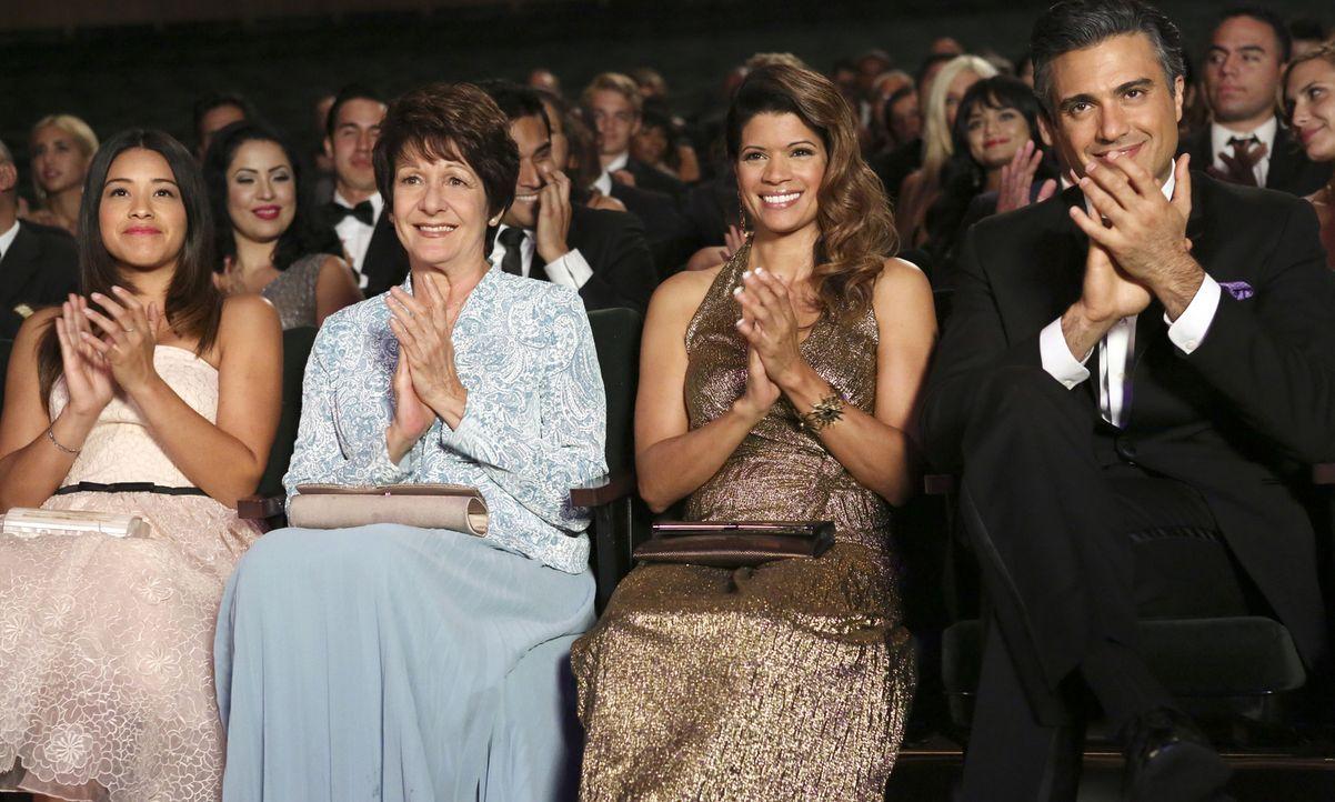 Rogelio (Jaime Camil, r.) wird für eine Auszeichnung als bester Schauspieler nominiert und lädt Jane (Gina Rodriguez, l.), Alba (Ivonne Coll, 2.v.l.... - Bildquelle: 2014 The CW Network, LLC. All rights reserved.