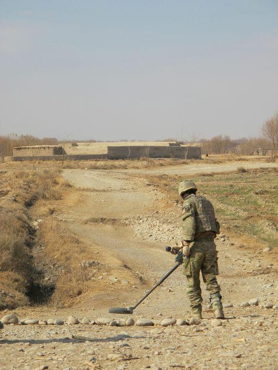 """Jeder Einsatz kann sie das Leben kosten! """"Bomb Squad"""" begleitet die Arbeit von Bombenentschärfungsteams in Afghanistan. - Bildquelle: Sara Hardy BBC"""