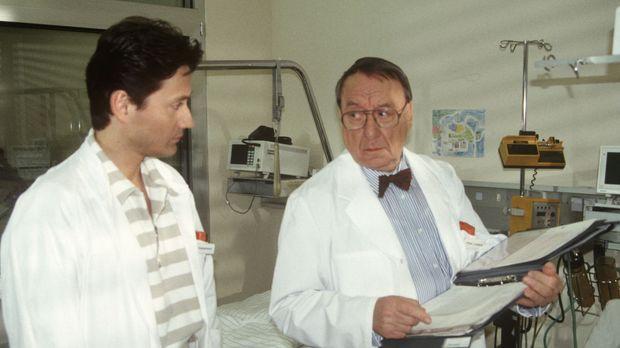Der Chef der Kinderklinik, Professor Lüders (Ulrich Matschoss, r.), und Dr. K...
