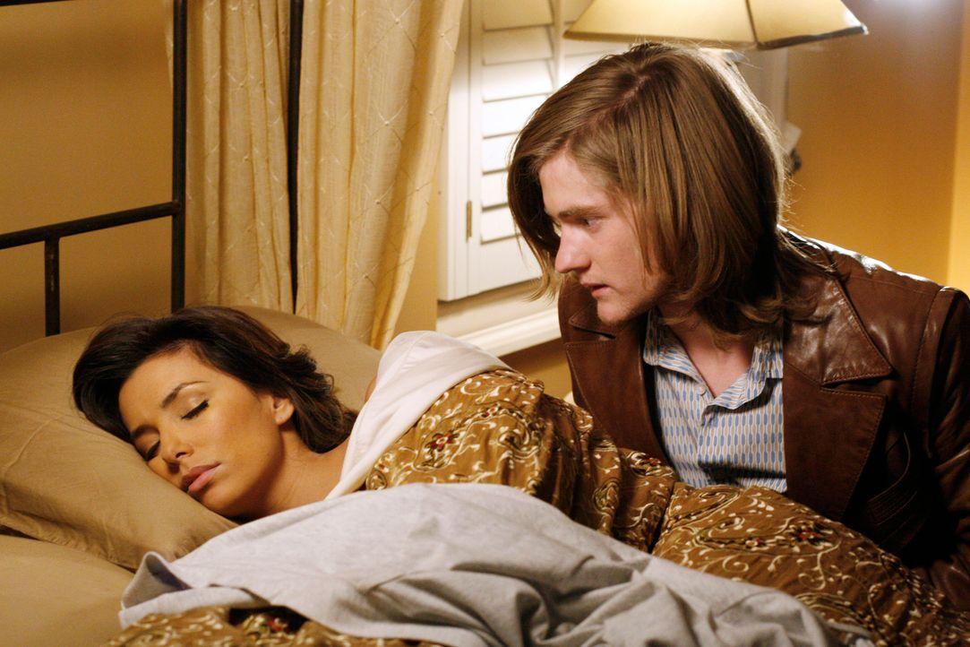 Zach (Cody Kasch, r.) bringt Gabrielle (Eva Longoria, l.) ein kleines Geschenk vorbei und bietet seine Schulter zum ausheulen an. Sie betrinkt sich... - Bildquelle: 2005 Touchstone Television  All Rights Reserved