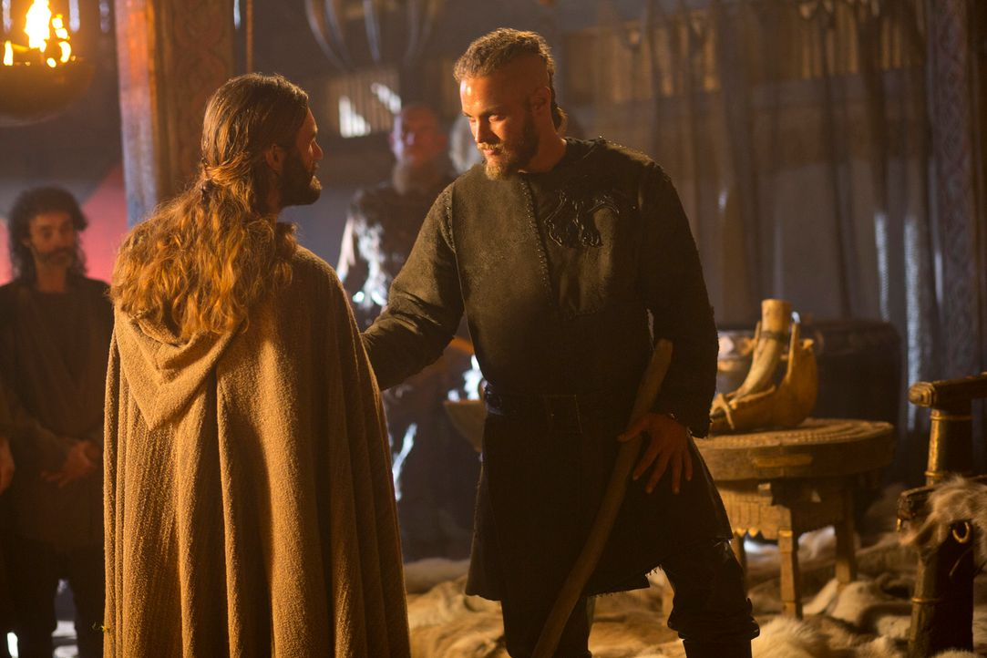 Obwohl Ragnar (Travis Fimmel, r.) immer wieder beteuert, in seinem Bruder Rollo (Clive Standen, l.) einen Freund und keinen Untertanen zu sehen, füh... - Bildquelle: 2013 TM TELEVISION PRODUCTIONS LIMITED/T5 VIKINGS PRODUCTIONS INC. ALL RIGHTS RESERVED.