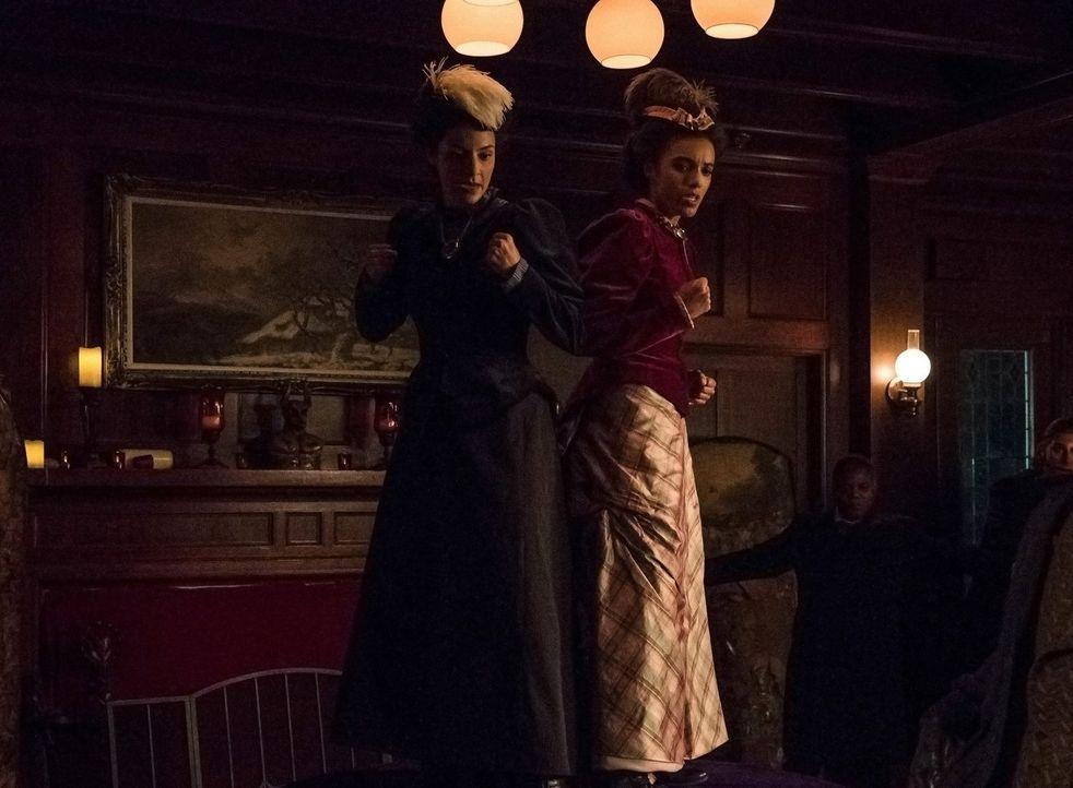 Während Amaya (Maisie Richardson-Sellers, r.) versucht, auf Zari (Tala Ashe, l.) zuzugehen, fällt es dieser immer noch schwer, sich als Teil des Tea... - Bildquelle: 2017 Warner Bros.