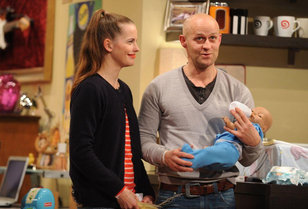Isabell (Isabell Polak, l.) gibt Jürgen (Jürgen Vogel, r.) wichtige Tipps für den Umgang mit einem Säugling. - Bildquelle: Jörg Carstensen SAT.1
