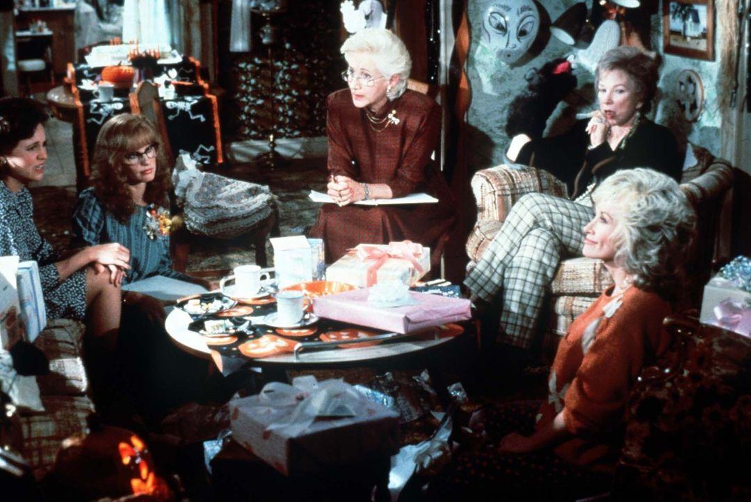 Egal ob Muttersorgen oder Hochzeitstrubel, die Frauen in Truvys (Dolly Parton, vorne r.) Schönheitssalon helfen sich bei ihren Problemen: Ouiser (S... - Bildquelle: TriStar Pictures