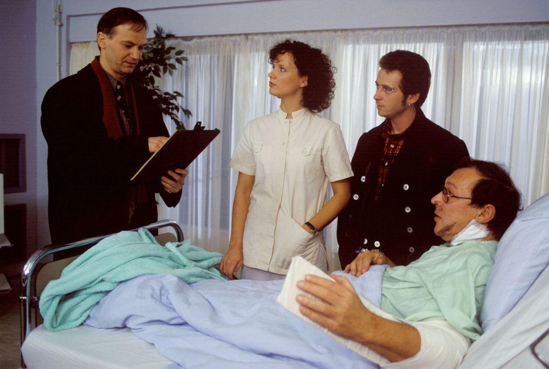 Hausbesitzer Fred Steiger (Arnfried Lerche, l.) hat seinen Angestellten, den Zimmermann Justus Wegert (Ygal Gleim, 2.v.r.), beauftragt, einen Unfall... - Bildquelle: Noreen Flynn Sat.1
