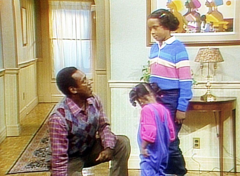 Wieder einmal muss Cliff (Bill Cosby, l.) im ewigen Kampf zwischen Rudy (Keshia Knight Pulliam, M.) und Vanessa (Tempsett Bledsoe, r.) vermitteln. - Bildquelle: Viacom