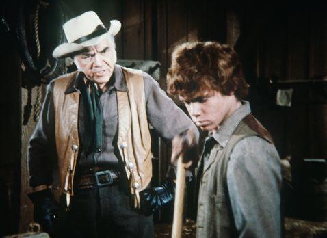 Bonanza - Ben Cartwrights (Lorne Greene, l.) Ziehsohn Jamie (Mitch Vogel, r.)...