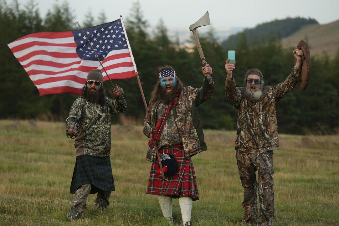 (5. Staffel) - Der Robertson-Clan auf Geschäftsreise in Schottland: Si (r.) mit seinen Neffen Jep (l.) und Willie (M.) ... - Bildquelle: 2013 A+E Networks
