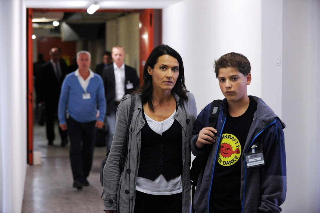 Dominik (Tomás Heise, r.) ist nicht nur wegen des Jobs seiner Mutter ziemlich sauer. Er versteht auch nicht, warum seine Mama (Ulrike Folkerts, l.)... - Bildquelle: SAT.1