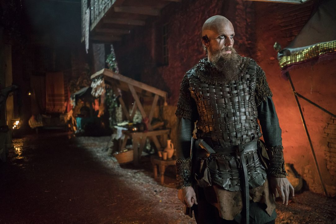 Während Floki (Gustaf Skarsgård) nach dem Sinn seines Lebens sucht, überlegt Harald, wie er die Lothbroks bezwingen kann, um König von ganz Norwegen... - Bildquelle: 2016 TM PRODUCTIONS LIMITED / T5 VIKINGS III PRODUCTIONS INC. ALL RIGHTS RESERVED.