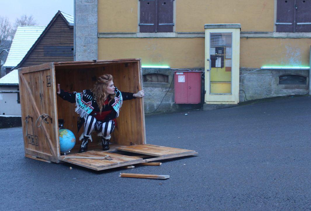 Moderatorin Palina Rojinski wird in einer Box irgendwo in Deutschland ausgesetzt, ohne zu wissen, was sie dort erwartet ... - Bildquelle: ProSieben