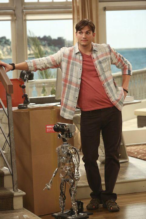 Walden (Ashton Kutcher) versteht sich mit dem Roboter hervorragend - er ist auf keinen Fall so anstrengend wie Alan ... - Bildquelle: Warner Brothers Entertainment Inc.