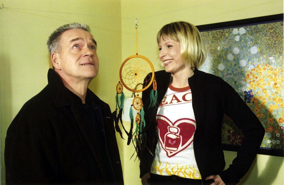 Verena (Nadine Seiffert, r.) und Wolff (Jürgen Heinrich, l.) hängen einen Traumfänger gegen böse Träume in der Wohnung auf. - Bildquelle: Claudius Pflug Sat.1