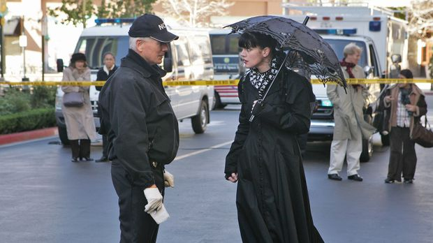 Special Agent Patterson hat ein Gemälde an Abby (Pauley Perrette, r.) geschic...