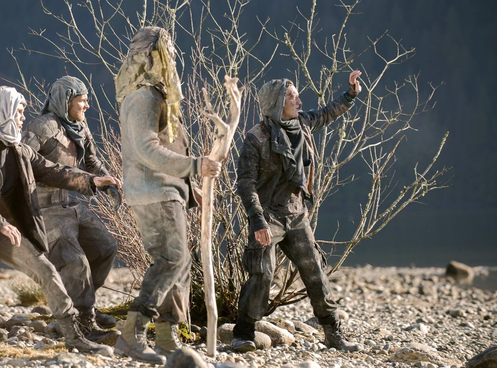 Auf ihrem Weg durch die Todeszone erkennt die Gruppe um Jaha (Isaiah Washington, 2.v.r.) und Murphy (Richard Harmon, r.), dass nicht nur die Widrigk... - Bildquelle: 2014 Warner Brothers