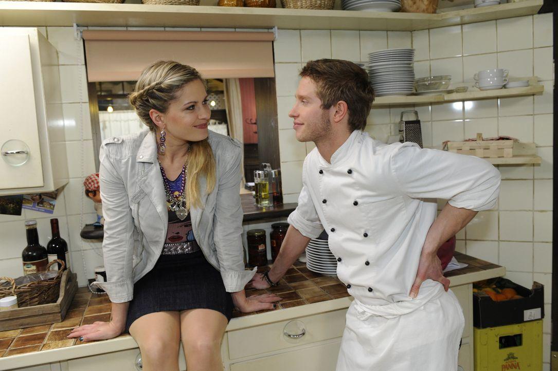 Jojo (Bernhard Bozian, r.) freut sich für seine Schwester Mia (Josephine Schmidt, l.), die einen Job als Assistentin bei Jonas bekommen hat ... - Bildquelle: SAT.1