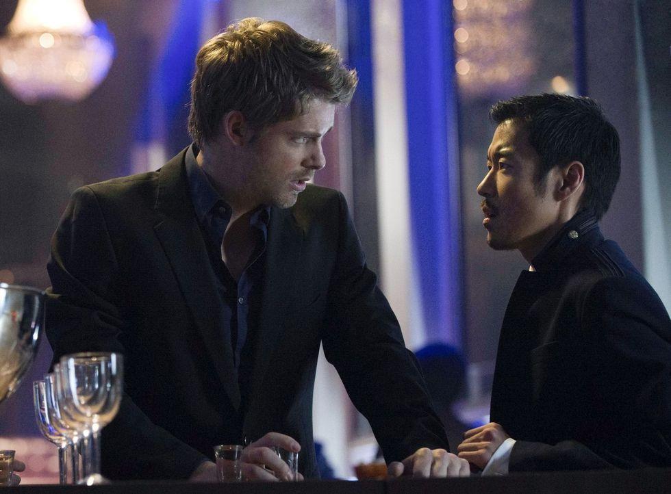 """Erkennen John (Luke Mitchell, l.) und Russell (Aaron Yoo) zu spät, dass ihnen """"Ultra"""" immer einen Schritt voraus ist? - Bildquelle: Warner Bros. Entertainment, Inc"""