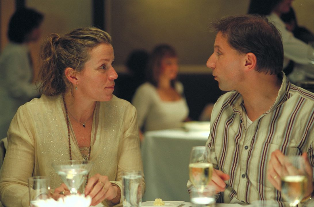 Aaron (Simon McBurney, r.) und Jane (Frances McDormand, l.) arbeiten beide als Designer und sind enge Freunde von Olivia. - Bildquelle: 2006 Sony Pictures Classics Inc. for the Universe excluding Australia/NZ and Scandinavia (but including Iceland). All Rights Reserved.
