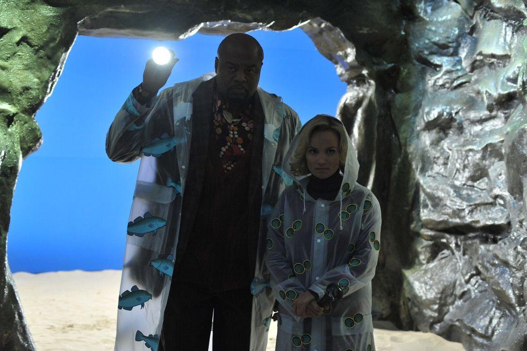 Die Suche nach Merle McQuoddy führt Emerson (Chi McBride, l.) und Olive (Kristin Chenoweth, r.) in eine Höhle, doch ob sie dort wirklich fündig w... - Bildquelle: Warner Brothers
