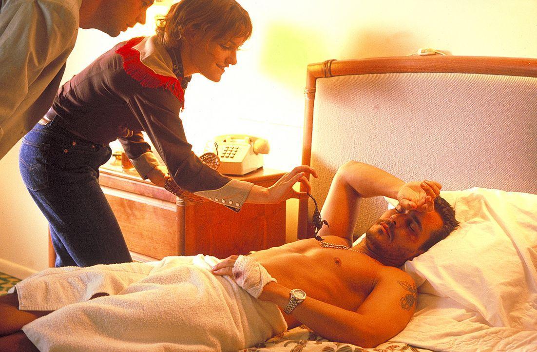 Obwohl Joachim (Kai Wiesinger, l.) von Julee (Nicolette Krebitz, M.) ausgenutzt, angelogen und ausgetrickst wurde, befreit er sie dennoch aus den Hä... - Bildquelle: Norm Shrewsbury ProSieben