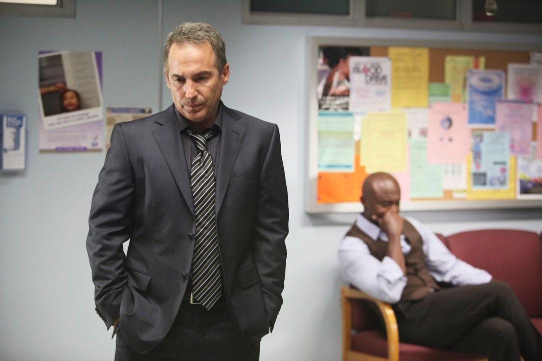 Hoffen, dass Violet und das Baby gerettet wird: Sheldon (Brian Benben, l.) und Sam (Taye Diggs, r.) ... - Bildquelle: ABC Studios