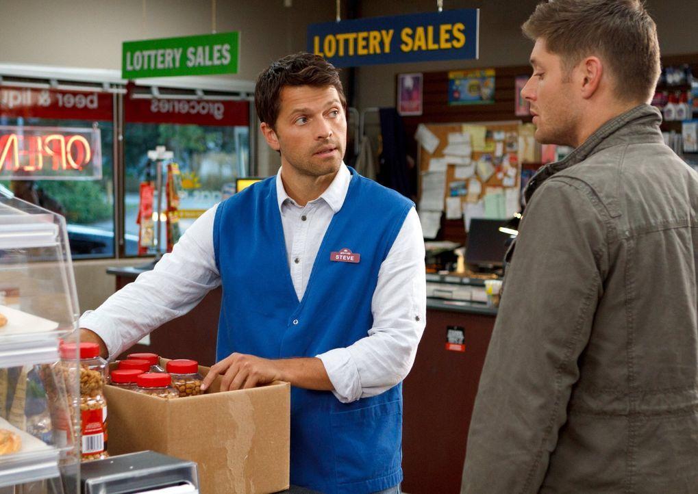 Castiel (Misha Collins, l.) ahnt nicht, warum Dean (Jensen Ackles, r.) ihn nicht in Sams Nähe lässt ... - Bildquelle: 2013 Warner Brothers